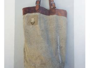 Tas gemaakt van oude tentstof voorzien van een leren handvat