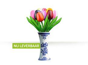 Houten Tulpen in een delftsblauwe vaas
